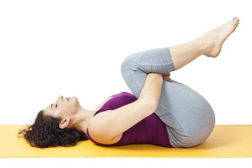 膝と腰のストレッチをする女性