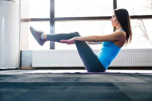 足と手を水平に保つ運動