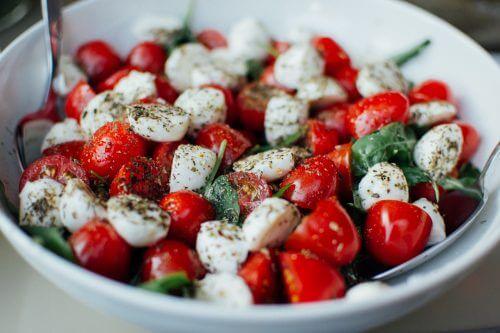 トマトとチーズとバジルのサラダ