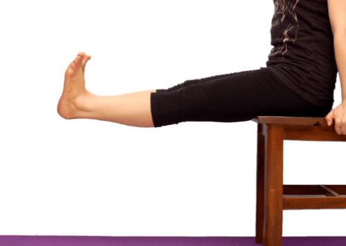 腰かけて足を垂直にまっすぐ伸ばす