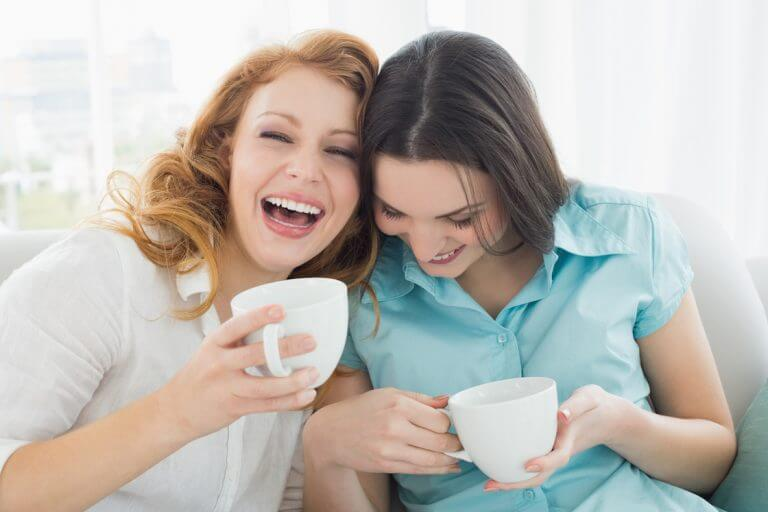女性2人が笑顔でドリンク