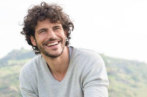 微笑む男性