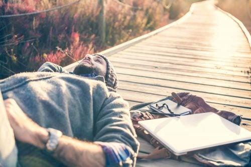 遊歩道に寝そべる男性