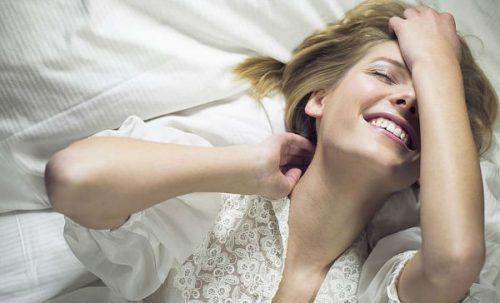ベッドの中の女性 女性の自慰行為