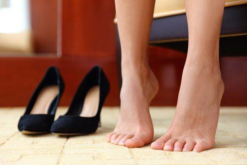ハイヒールの横でつま先を上げる女性