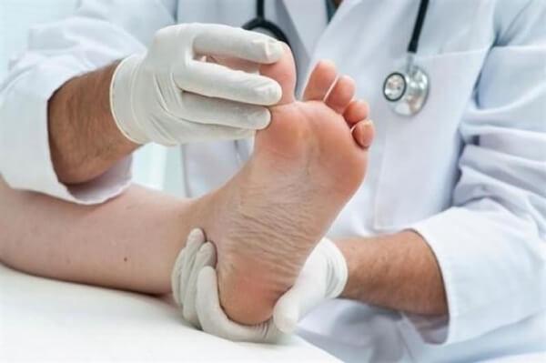足を診察する医師