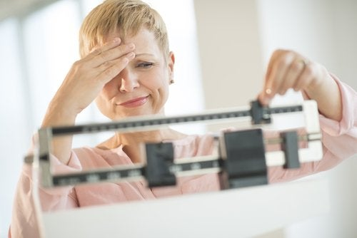 体重をはかる女性