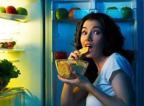 夜中にこっそり食べる