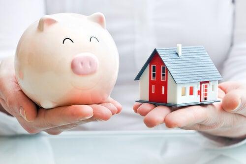 ブタの貯金箱とミニチュアの家
