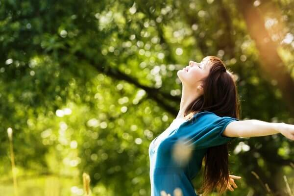 女性と日光浴