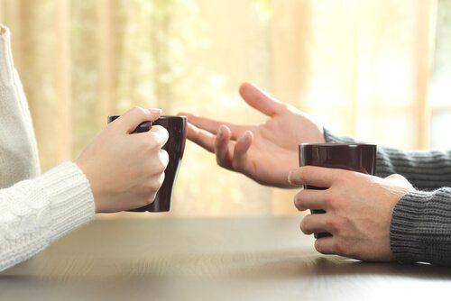 手のひらを見せて話す