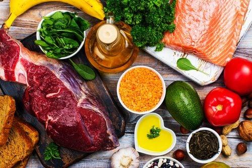 肉・鮭・各種野菜・ナッツ