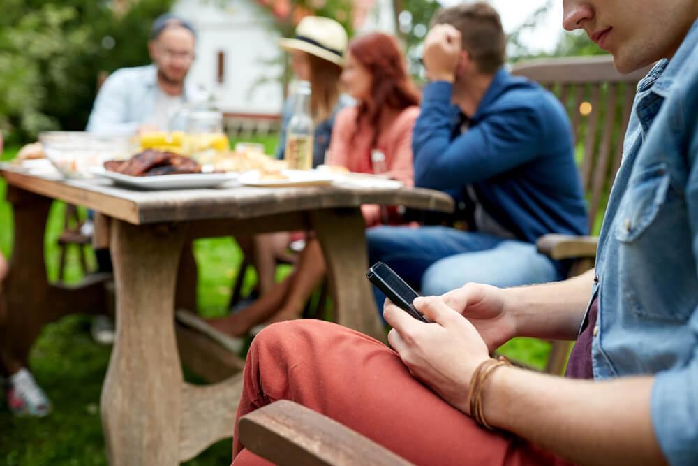 パーティーで携帯を見ている男性