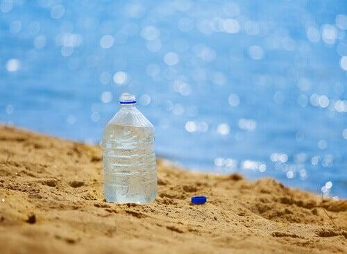 浜辺とペットボトル