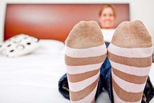縞の靴下の女性