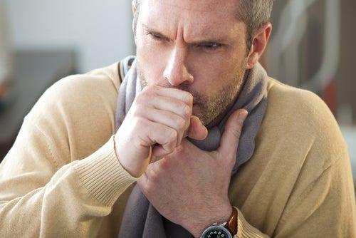 寄生虫感染の症状に苦しむ男性
