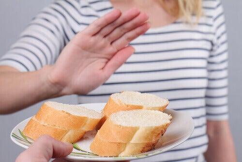 パンを断る女性