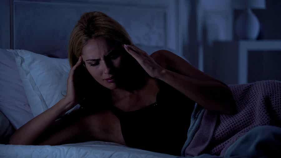頭痛で目を覚ます女性
