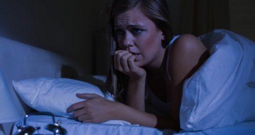 夜間パニック発作の女性