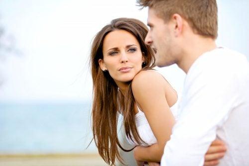 男性の話を聞く女性