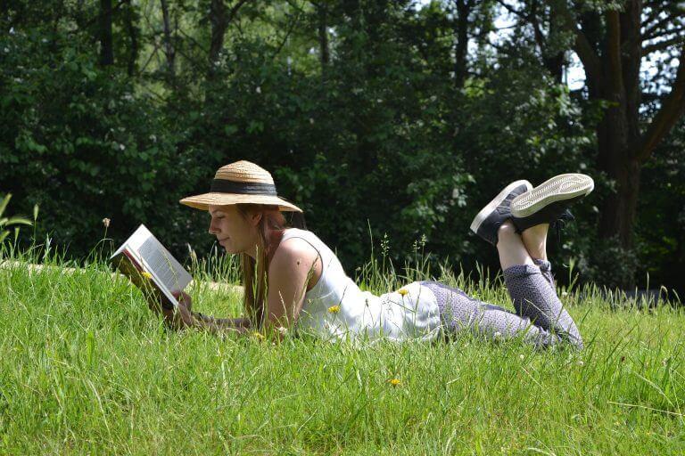 屋外で本を読む