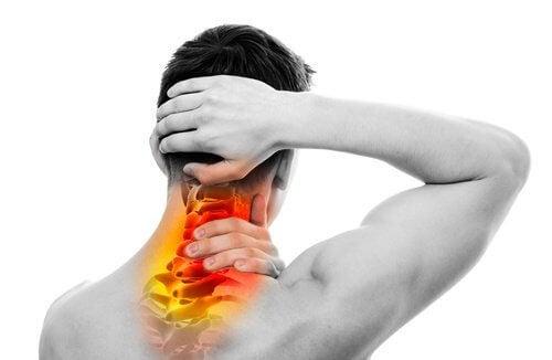 背中と首の痛みを自然に治療する方法