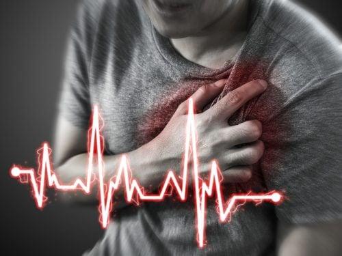 心窩部痛が心疾患の可能性も