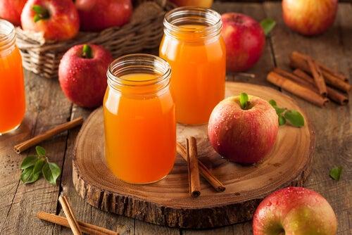 リンゴジュースとシナモン