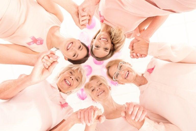 手をとり輪になる女性たち