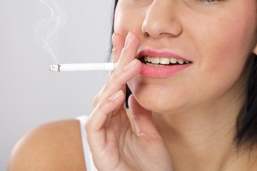 喫煙する人