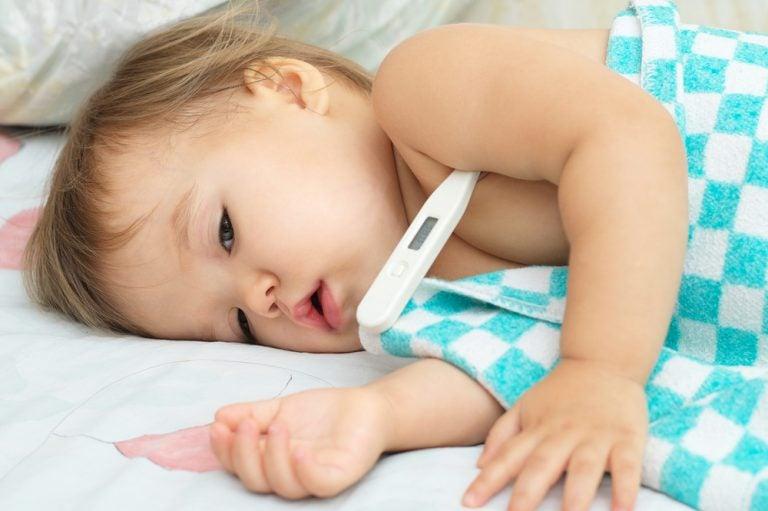 熱をはかる幼児