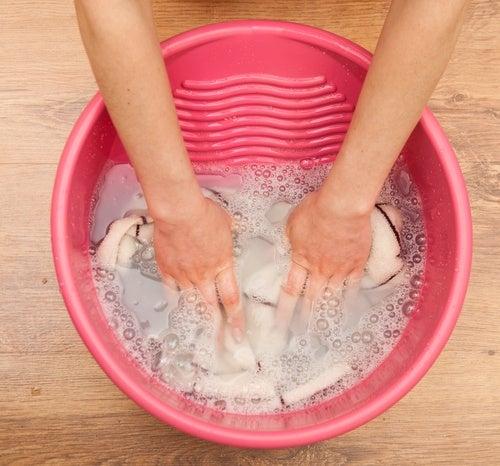 洗濯桶で手洗い