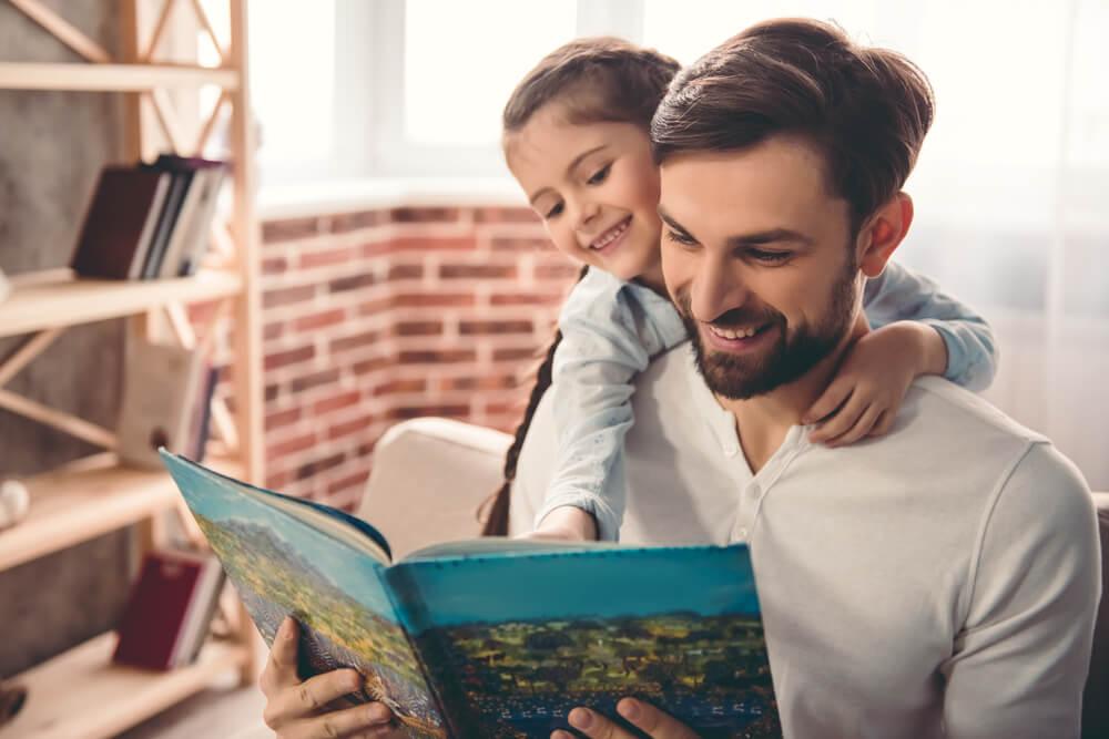 本を読む父娘