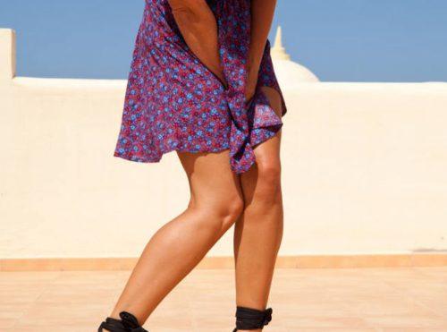 スカートを抑える女性