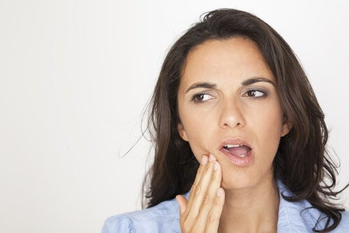 歯を押さえる女性