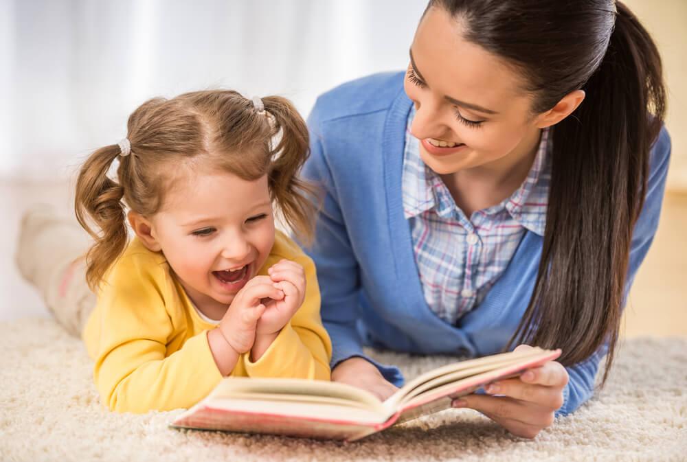 本を読む母娘