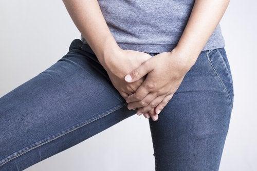 下腹部を抑える女性