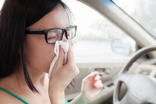 車内で鼻をかむ女性