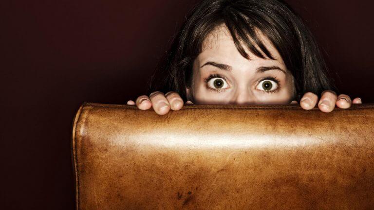 椅子から覗く女性