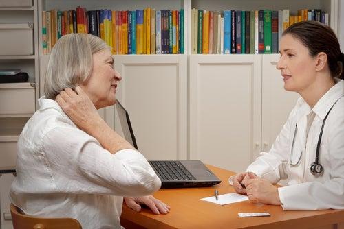 女医と話す女性患者