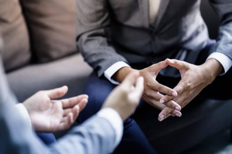 会話をする男性の手