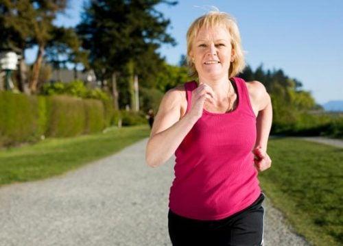 ジョギングをする中年女性