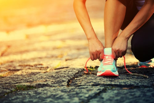 靴ひもを結ぶ足元