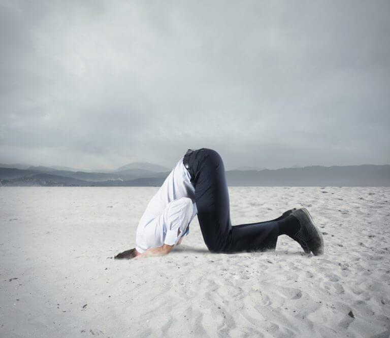 頭を砂の中につっこむ人