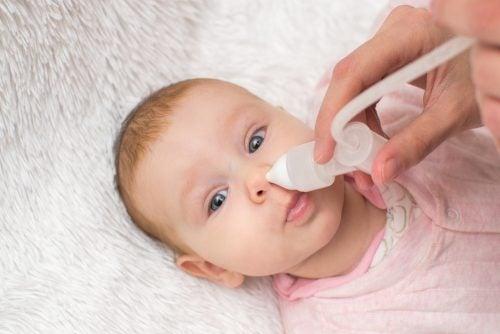 赤ちゃんの鼻水を取り除く
