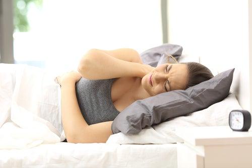 ベッドで苦しそうな女性