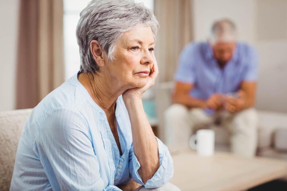 考え事をする年配の女性