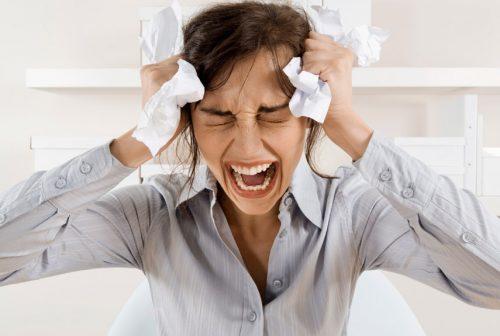 ストレス、頭を抱える女性