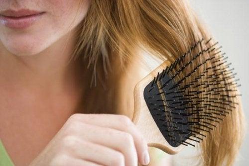 ブラシで髪をとかす女性
