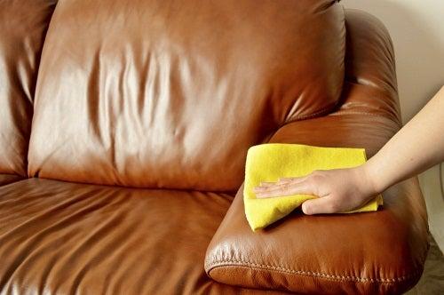 ソファーを磨く